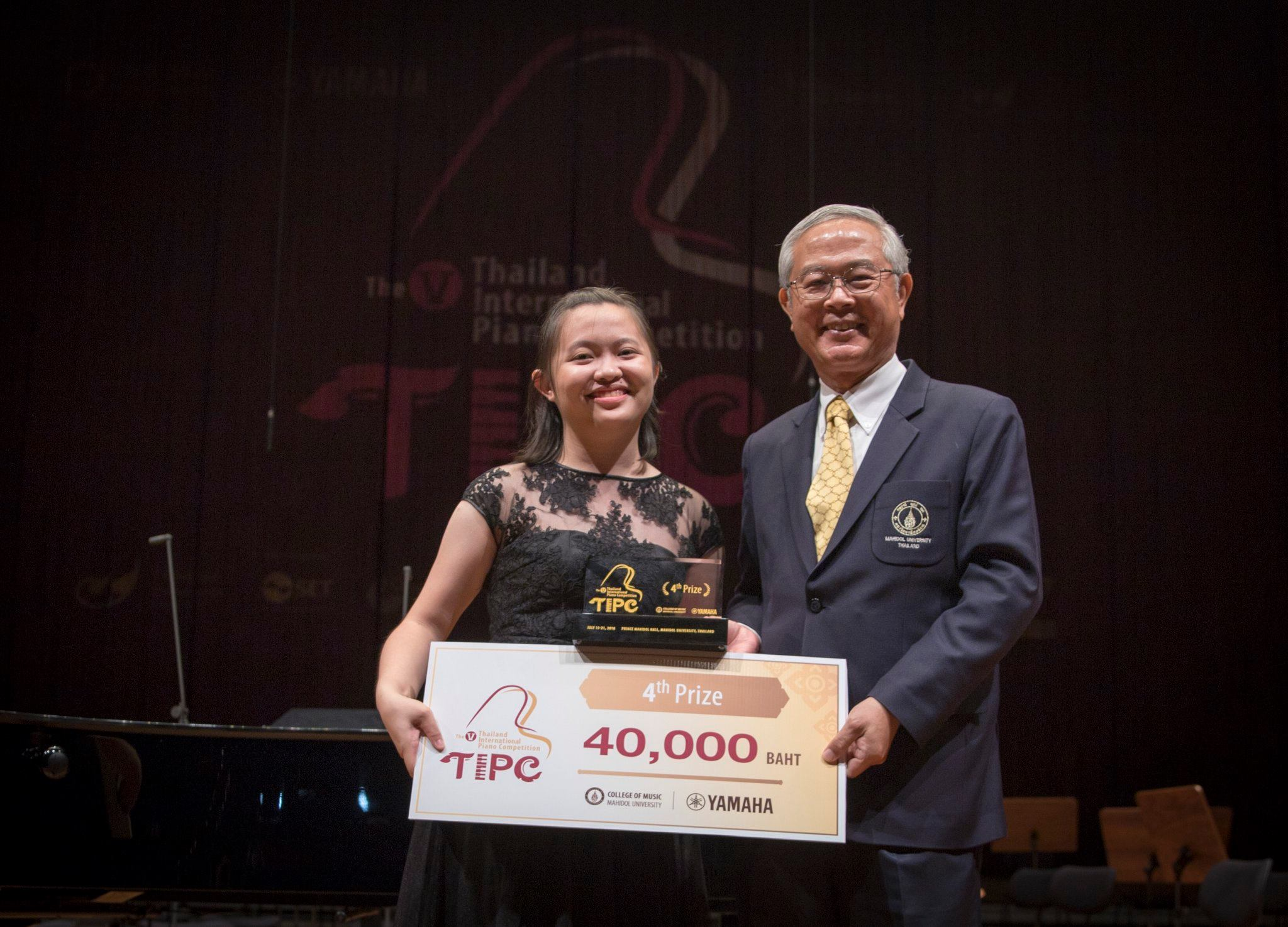 Sin Yee Yap accepting her prize