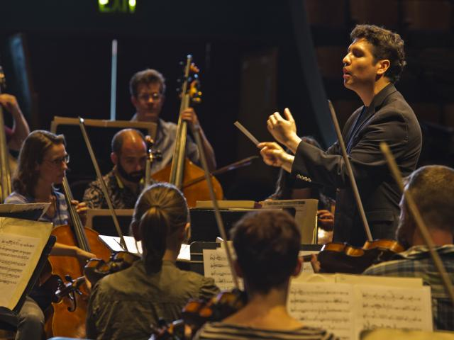 Gonzalo Farias conducting and orchestra